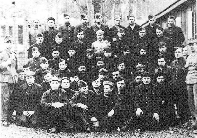 Krigsfangene omgitt av tyske fangevoktere